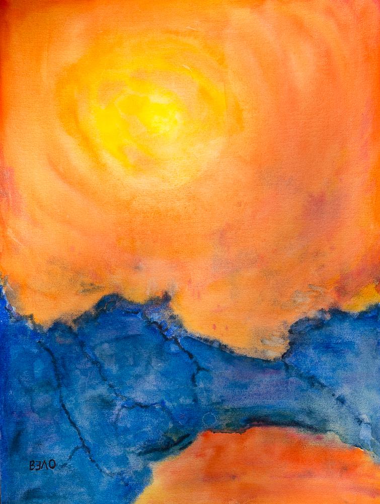 Sonnenuntergang am See zwischen den blauen Bergen